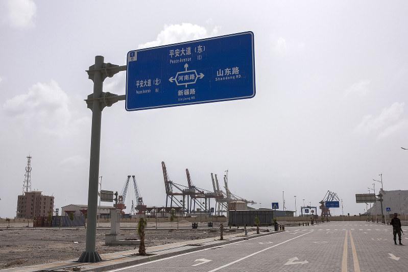 パキスタンの道路に立つ中国語の道路標識