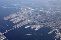 横浜開港祭で横浜港上空に大きな円を描くブルーインパルスの航空機。左下は横浜ベイブリッジ=2009年6月2日、本社ヘリから平田明浩撮影