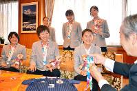 福井県坂井市の坂本憲男市長に銀メダルを見せる福井丸岡RUCKの6選手=同市役所で、大森治幸撮影