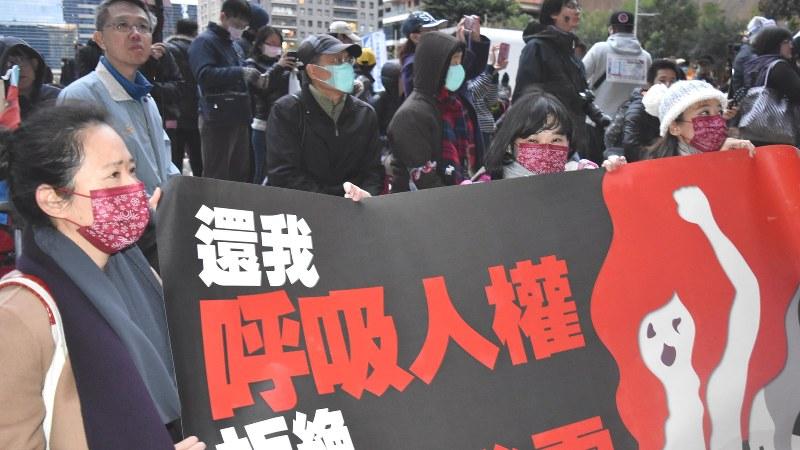 大気汚染対策を求め「呼吸する権利を返せ」などとデモ行進する人たちら=台湾中部・台中市で2017年12月17日、福岡静哉撮影