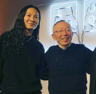 New York fashion designer Alexander Wang (L) and Uniqlo founder Tadashi Yanai in New York on Oct. 23, 2018 (Kyodo)