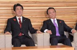 2019年10月の消費税10%への引き上げを表明した臨時閣議に出席した安倍晋三首相(左)と麻生太郎副総理兼財務相