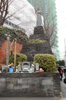 2・26事件の慰霊像。毎年2月26日、遺族らによる追悼式が行われる=東京都渋谷区で2018年2月26日、栗原俊雄撮影