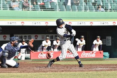 【履正社―南部】二回裏南部、2死一、二塁、奈良が逆転の中越え適時三塁打を放つ=神戸市のほっともっとフィールド神戸で2018年10月20日午後2時55分、砂押健太撮影