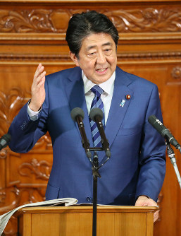 Prime Minister Shinzo Abe delivers a speech during the extraordinary Diet session, on Oct. 24, 2018. (Mainichi/Tatsuro Tamaki)