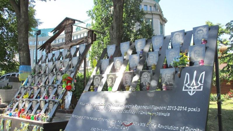 独立広場を見下ろす丘にある親露政権への抗議行動で命を落とした若者たちの記念碑(写真は筆者撮影)