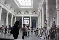 京都国立博物館の重要文化財「明治古都館」の中央ホールには、ゲーム「刀剣乱舞-ONLINE-」に登場する「刀剣男士」の等身大パネルが設置され、女性ファンらが熱心に撮影していた=京都市東山区で