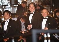 第31回東京国際映画祭でレッドカーペットを歩く俳優の役所広司さん(中央)と沖田修一監督(左)、白石和彌監督=東京都港区で2018年10月25日午後5時8分、藤井太郎撮影