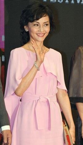 第31回東京国際映画祭のステージに審査員として登壇し、手を振る女優の南果歩さん=東京都港区で2018年10月25日午後5時27分、藤井太郎撮影