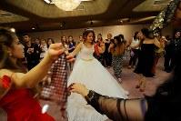 難民認定を求めて日本に逃れたクルド人同士の結婚式で、踊って花嫁を祝福する大勢の親戚や友人たち=埼玉県川口市で2018年9月30日、宮武祐希撮影