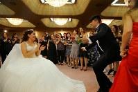 難民認定を求めて日本に逃れたクルド人同士の結婚式で、新郎新婦を囲んで祝福する大勢の親戚や友人たち=埼玉県川口市で2018年9月30日、宮武祐希撮影