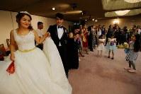 難民認定を求めて日本に逃れたクルド人同士の結婚式で、踊って新郎新婦を祝福する大勢の親戚や友人たち=埼玉県川口市で2018年9月30日、宮武祐希撮影