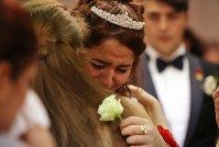 結婚披露宴で涙を流すメリエム・ドガンさん(中央)=埼玉県川口市で2018年9月30日、宮武祐希撮影