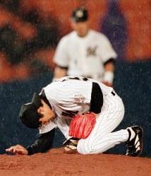 8勝目を完投で飾り、マウンドで祈りをささげるロッテ・黒木=1999年6月、加古信志撮影