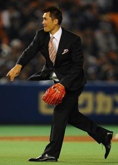 【ロッテ-中日】始球式で投球する黒木知宏氏=千葉マリンスタジアムで2010年11月4日、津村豊和撮影