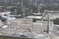 浜岡原発3号機(左)と4号機=静岡県御前崎市で2017年4月29日、本社ヘリから小出洋平撮影