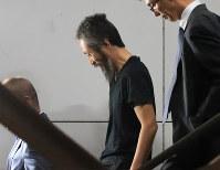 成田空港に到着し、飛行機から降りて笑顔を見せる安田純平さん=2018年10月25日午後6時36分、梅村直承撮影