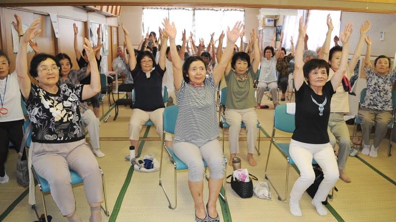 介護予防の「いきいき百歳体操」に励む参加者=山形県鶴岡市で長南里香撮影(写真と記事は関係ありません)