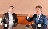 細見美術館の細見良行館長(右)から話を聞く桂南光さん=京都市左京区で2018年10月16日、川平愛撮影