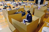 熊本地震では、Jパックスの水谷嘉浩社長の呼びかけで避難所に段ボールベッドを提供=熊本市内で2016年4月、野田武撮影