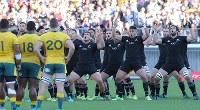 【ニュージーランド―オーストラリア】試合前にハカを踊るニュージーランドの選手たち=横浜・日産スタジアムで2018年10月27日、宮武祐希撮影