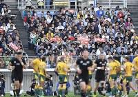 【ニュージーランド―オーストラリア】前半、ニュージーランドのトライに沸く観客たち=横浜・日産スタジアムで2018年10月27日、藤井達也撮影