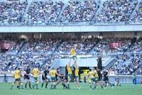 【ニュージーランド―オーストラリア】前半、大勢の観客が集まる中でプレーするニュージーランドとオーストラリアの選手たち=横浜・日産スタジアムで2018年10月27日、宮武祐希撮影