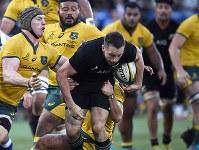 【ニュージーランド―オーストラリア】後半、相手選手を引きずりながら突進するニュージーランドのB・スミス(中央)=横浜・日産スタジアムで2018年10月27日、藤井達也撮影