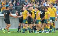 【ニュージーランド―オーストラリア】試合後、握手するオーストラリアとニュージーランドの選手たち=横浜・日産スタジアムで2018年10月27日、宮武祐希撮影