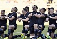 【ニュージーランド―オーストラリア】試合前、ハカを披露するニュージーランドの選手たち=横浜・日産スタジアムで2018年10月27日、藤井達也撮影