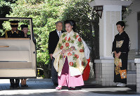 Princess Ayako leaves her residence for her wedding as her mother Princess Takamado, right, sees her off in Tokyo's Minato Ward on Oct. 29, 2018. (Pool photo)