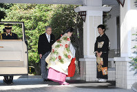Princess Ayako bows to her mother Princess Takamado before leaving her residence for her wedding ceremony in Tokyo's Minato Ward on Oct. 29, 2018. (Pool photo)