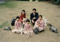 Princess Ayako, center, poses for a commemorative photo with her family in Tokyo's Minato Ward in November 1995. (Photo courtesy of the Imperial Household Agency)