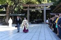 結婚式のため明治神宮に到着された高円宮家の三女、絢子さまと守谷慧さん=東京都渋谷区で2018年10月29日午前10時34分(代表撮影)