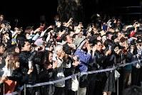 結婚式に臨まれる高円宮家の三女、絢子さまと守谷慧さんに声をかける人たち=東京都渋谷区で2018年10月29日午前10時34分(代表撮影)