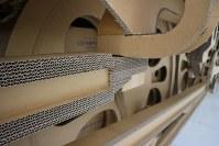 段ボール機関車の車輪部分。細部も全て段ボールだけで作られている=名古屋市中村区で2018年10月28日、黒尾透撮影