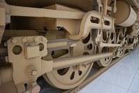 精巧に作られた車輪も段ボール製=名古屋市中村区で2018年10月28日、黒尾透撮影