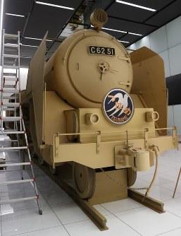製造ナンバーは51。本物のC62は49台が製造され、松本零士さんの漫画「銀河鉄道999」のモデルになった。テレビアニメでは「50」が使われたため、段ボール機関車は「51」を使用=名古屋市中村区で2018年10月28日、黒尾透撮影