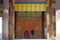 結婚式後、仮殿に参拝される高円宮家の三女絢子さまと守谷慧さん=東京都渋谷区の明治神宮で2018年10月29日午後0時18分、和田大典撮影