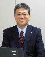 「パソコンを使う仕事も増えました」と話す脇謙二八段=大阪市福島区の関西将棋会館理事室で、新土居仁昌撮影