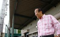 グラウンドで大和高田クラブの練習を見守る当麻明男さん=奈良県大和高田市秋吉で、稲生陽撮影