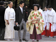 Princess Ayako, center right, the third daughter of the late Prince Takamado, dressed in a traditional ceremonial gown, and Kei Moriya arrive at Meiji Jingu Shrine for their wedding ceremony, in Tokyo's Shibuya Ward, on Oct. 29, 2018. (Mainichi/Daisuke Wada/Pool)