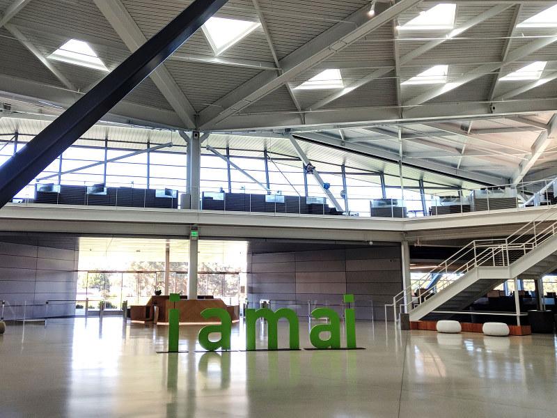 サンタクララのエヌビディア本社新社屋。入り口ホールにはキャッチフレーズ「I am AI」のオブジェが座る