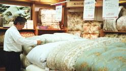 大手寝具メーカー「日本橋西川」(東京・日本橋)の羽毛布団売り場=2002年撮影