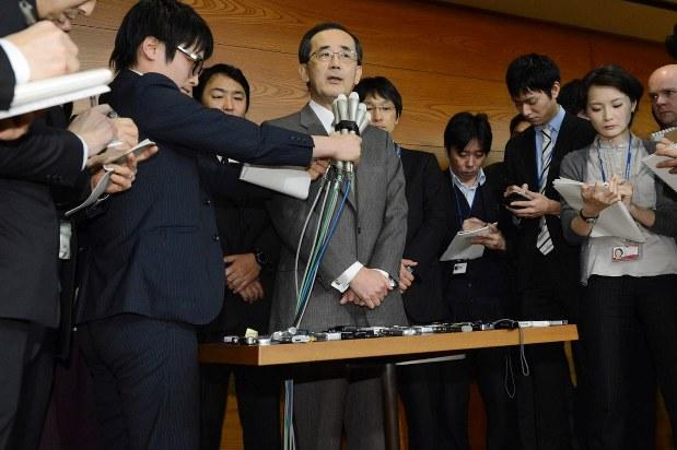 辞任を表明し記者の質問に答える白川氏(2013年2月)