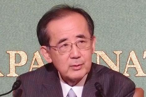 記者会見する白川方明前日銀総裁