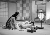 大映京都撮影所に組まれたセットで撮影された溝口健二監督「雨月物語」=1953年