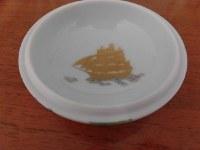 高円宮家の三女絢子さんと守谷慧さんの結婚を祝う晩さん会で参列者に渡される陶製ボンボニエール(菓子入れ)。ふたの裏には二人の新しい船出を祝い、帆船が描かれている=宮内庁提供
