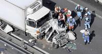 追突された事故車付近で救出作業をする消防隊員ら=兵庫県加古川市で2018年10月25日、本社ヘリから山崎一輝撮影