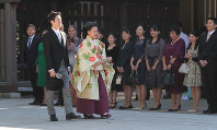 Princess Ayako and Kei Moriya are watched by their friends and other related parties after arriving at Meiji Jingu Shrine in Tokyo's Shibuya Ward on Oct. 29 for their wedding. (Mainichi/Daisuke Wada)